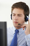 Halten Sie Vertreter Talking To Customer im Call-Center instand Stockfotografie