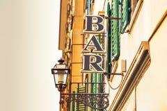 Halten Sie Zeichen und Gebäude auf der Stadtstraße ab Lizenzfreies Stockfoto