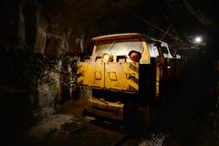 Halten Sie Zug innerhalb des Bergbausteinbruchs instand lizenzfreie stockfotos