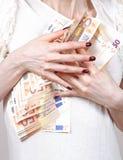 Halten von Eurobanknoten Stockbild