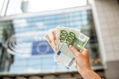 Halten von Eurobanknoten Stockbilder