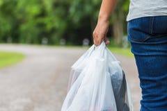 Halten von Plastiktaschen stockbilder