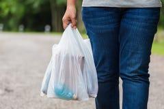 Halten von Plastiktaschen stockfoto
