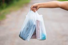 Halten von Plastiktaschen stockbild