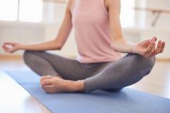 Halten von Ruhe am Yoga lizenzfreie stockbilder