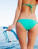Halten von Schutzbrillen für Schnorchel am Strand Stockfoto