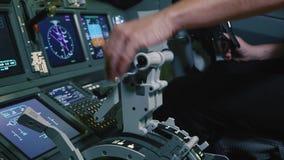 Haltene Versuchshand auf dem SchubHebelgriff zur Triebwerkbedienanlage des Passagierflugzeugs stock video