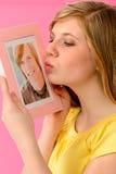 Haltenes und küssendes Freundbild des jungen Mädchens Stockfotografie