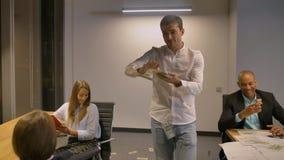 Haltenes und werfendes Bargeld des glücklichen attraktiven kaukasischen Mannes Regen des Geldes stock video footage