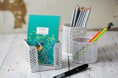 Halter für Stifte und Bleistifte auf einem weißen Hintergrund Anmerkungen, Bleistifte und Stifte briefpapier Lizenzfreies Stockbild