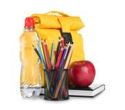 Halter mit bunten Bleistiften, Flasche Wasser und das Mittagessen bauschen sich Lizenzfreie Stockbilder