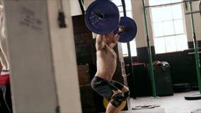Halterofilismo do homem forte no gym apto da cruz vídeos de arquivo