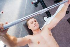 Halterofilismo no gym fotos de stock
