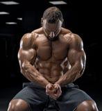 Halterofilista adulto do indivíduo que levanta no gym Fotografia de Stock Royalty Free