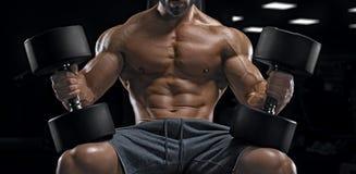 Halterofilista adulto do indivíduo que levanta no gym Imagem de Stock Royalty Free