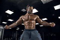 Halterofilista adulto do indivíduo que levanta no gym Fotografia de Stock