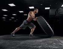 Halterofilista adulto do indivíduo que levanta no gym Foto de Stock Royalty Free