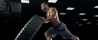 Halterofilista adulto do indivíduo que levanta no gym Imagens de Stock Royalty Free