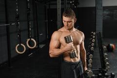 Halterofilista atlético do homem do poder considerável que faz exercícios com peso fotografia de stock