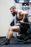 Halterofilista da foto com uma barba no gym Fotografia de Stock Royalty Free