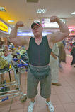 Halterofilista do sul-africano com os músculos grandes no aeroporto de Durban, África do Sul Fotografia de Stock