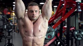 Halterofilista masculino novo que faz os exercícios para os músculos abdominais no gym video estoque