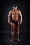 Halterofilista masculino poderoso que mostra seus músculos fortes Imagem de Stock Royalty Free