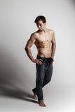 Halterofilista modelo masculino muscular com calças de brim desabotoadas Estúdio sh Fotos de Stock Royalty Free