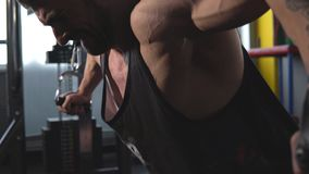 Halterofilista muscular consider?vel da aptid?o que faz o exerc?cio pesado para a caixa na m?quina com cabo no Gym vídeos de arquivo
