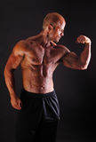 Halterofilista muscular que dobra o bíceps fotografia de stock royalty free