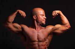 Halterofilista muscular que dobra o bíceps imagens de stock