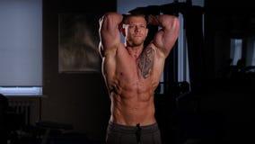Halterofilista novo com um torso desencapado que levanta em um gym 60 a 24fps 4K video estoque