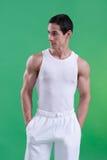 Halterofilista novo que dobra os músculos Fotografia de Stock