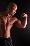 Halterofilista que dobra o bíceps imagens de stock