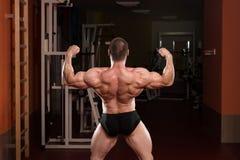 Halterofilista que executa a pose dobro traseira do bíceps fotografia de stock royalty free