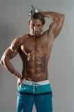 Halterofilista que exercita o tríceps com pesos em Grey Background Foto de Stock Royalty Free