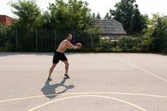 Halterofilista que joga o basquetebol exterior Fotografia de Stock Royalty Free