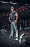 Halterofilista que prepara-se para o deadlift do barbell fotos de stock