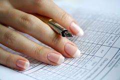 Halterung in einer weiblichen Hand Lizenzfreies Stockfoto