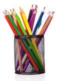 Halterungkorb und bunte Bleistifte Stockfotos