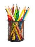 Halterungkorb voll der bunten Bleistifte Stockfotos
