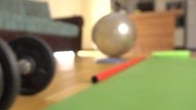 Haltères, tapis de yoga, barre de corps et tir de chariot du fitball 4K Concept de forme physique à la maison banque de vidéos