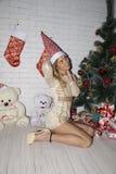 Haltung der jungen Frau nahe Weihnachtsbaum lizenzfreie stockfotos