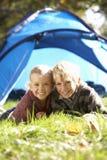 Haltung der jungen Kinder außerhalb des Zeltes Lizenzfreies Stockfoto