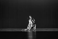 Haltung mit zwei 2 Tänzern gegen dunkelblauen Hintergrund auf Stadium Lizenzfreie Stockfotos