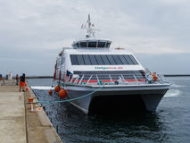 Halunder strålkatamaran på dess väg till den Helgoland hamnen royaltyfri foto