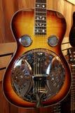 halv akustisk gitarr arkivbild