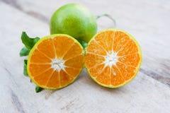 Halv apelsin och apelsin Arkivfoto