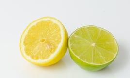 Halv citron och halv limefrukt royaltyfri fotografi