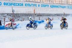 Halv-finalerna av den ryska mästerskapet i Ufa på en speedway isen i December 2016 Arkivbild